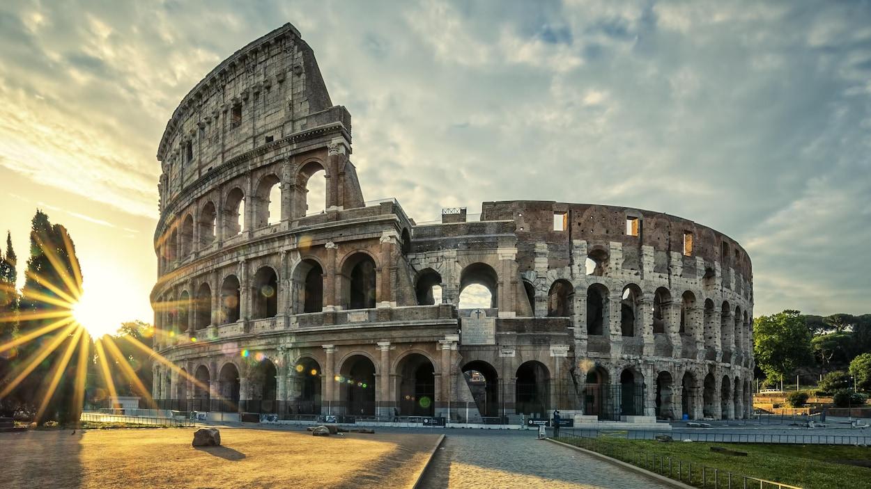 Vue du Colisée de Rome au lever du Soleil.