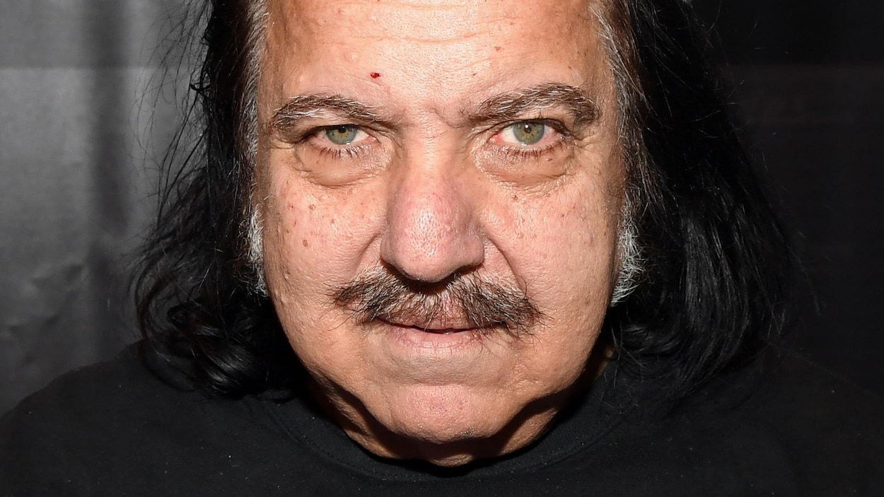 Ron Jeremy regarde la caméra d'un air mauvais