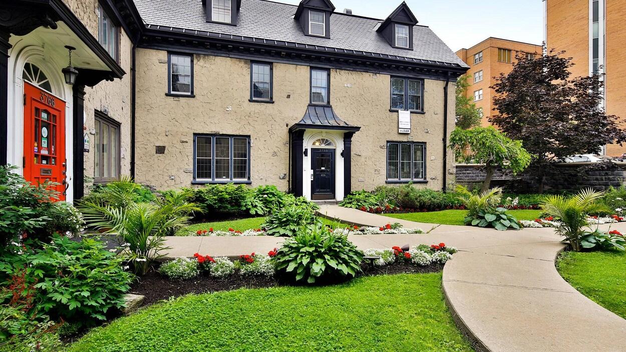 Vue de la maison et de son jardin