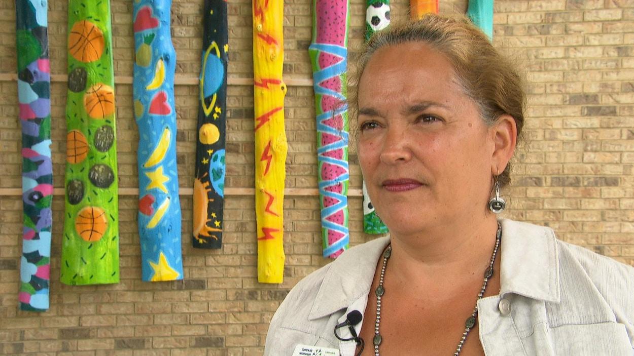 Rosanne Emard, directrice par intérim du Centre de ressources communautaires de la Basse-Ville, à Ottawa, répond aux questions d'un journaliste à l'intérieur du Centre.