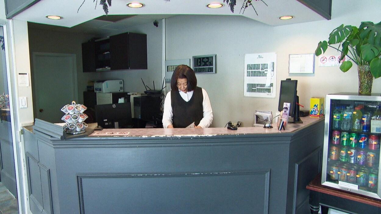 Rose Jiang au comptoir d'accueil de son motel.