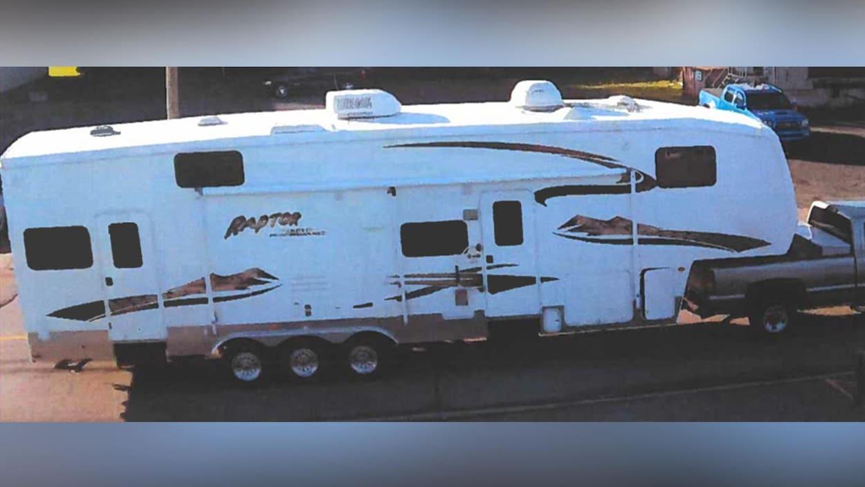 La roulotte volée, de marque Keystone Raptor2006, est de couleur blanche avec motifs bruns et beige et fait 37 pieds de long par 13 pieds de haut.et 13 pieds de haut.