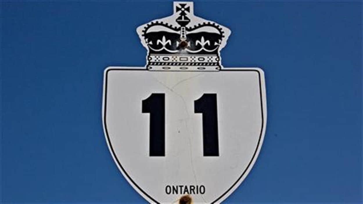 Une affiche de la route 11 sur fond de ciel bleu.