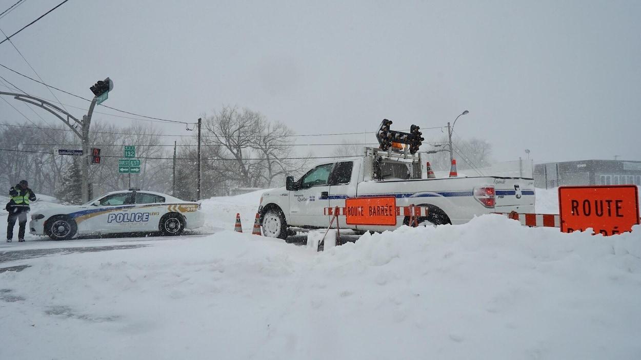 Des véhicules d'urgence indiquent que la route 132 est fermée en raison des conditions météorologiques.