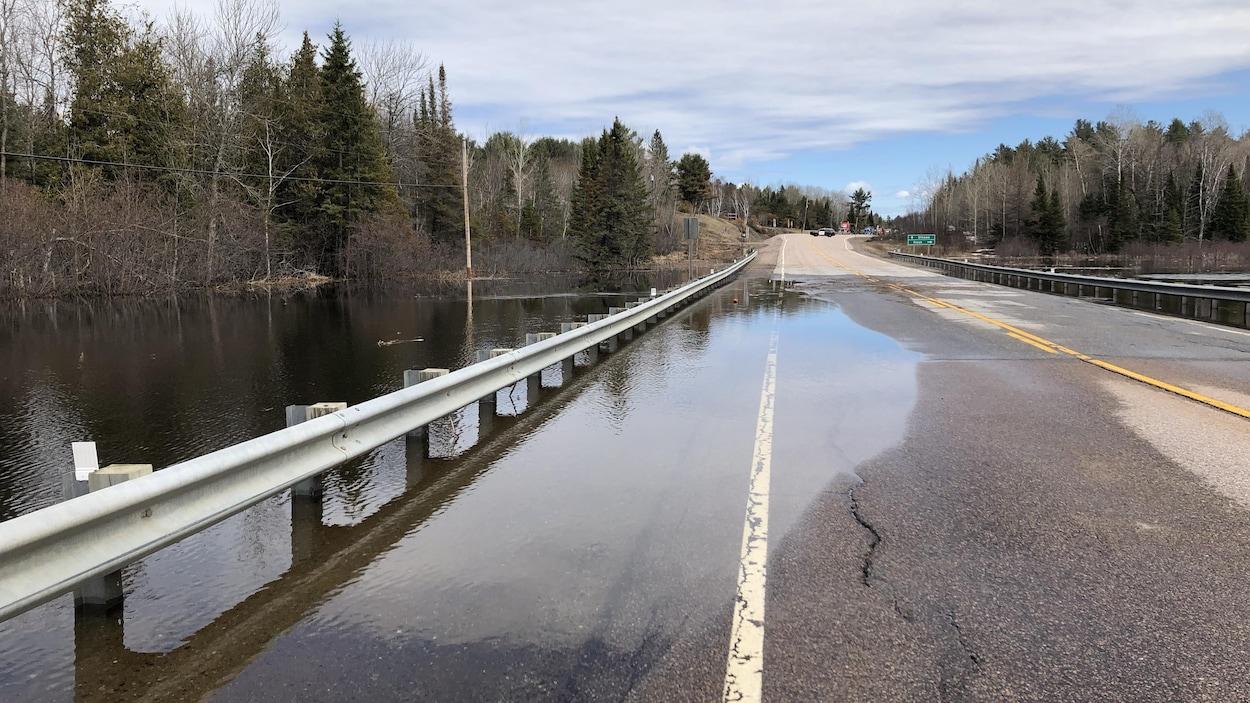 De l'eau sur une route.