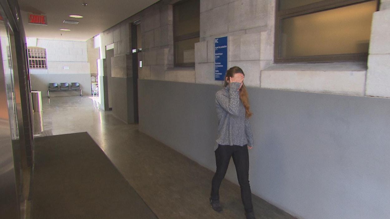 Roxanne Muise, une jeune femme dans la vingtaine, lors de son arrivée au palais de justice de Trois-Rivières.