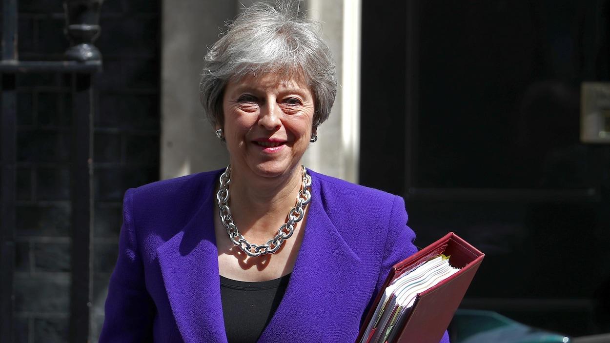 La première ministre britannique Theresa May quitte le 10 Downing Street à Londres pour se rendre à la Chambre des communes