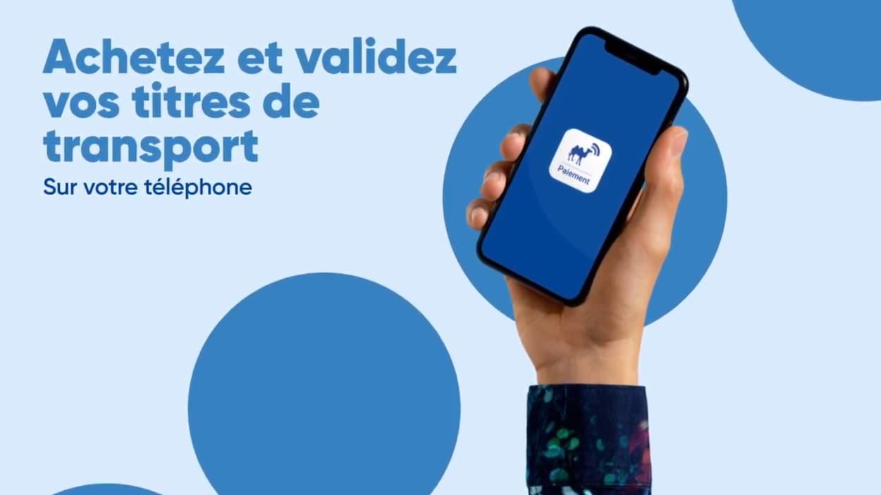 Une main tient un téléphone mobile avec l'inscription : Achetez et validez vos titres de transport sur votre téléphone.
