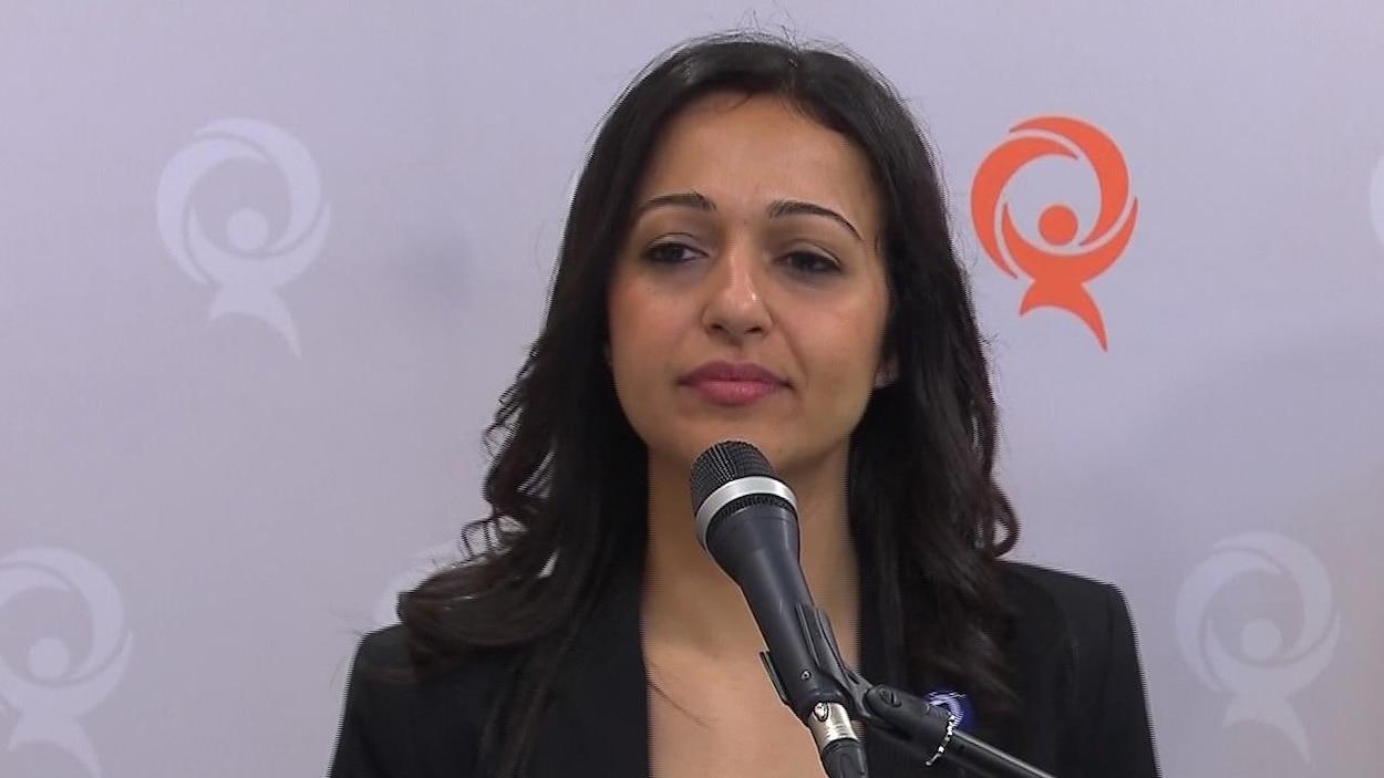 Ruba Ghazal devant un micro, lors d'une conférence de presse.