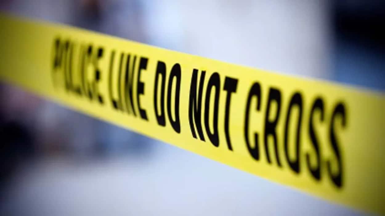 Un ruban jaune sur lequel il est écrit en anglais Police ne pas traverser.