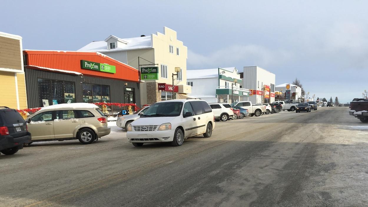 Une rue au centre-ville d'une petite ville, partiellement glacée.