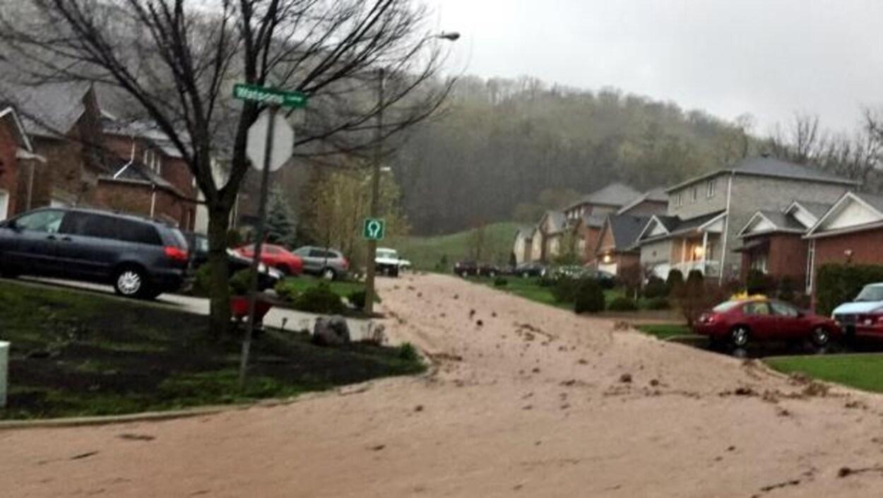L'eau s'écoule le long d'une rue du secteur Dundas à Hamilton