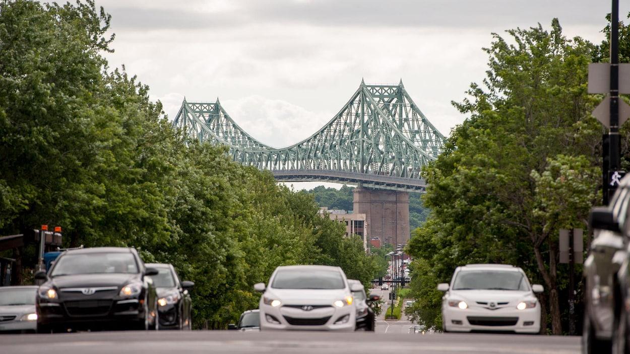 Une rue de Montréal donne sur le pont Jacques-Cartier, en été.