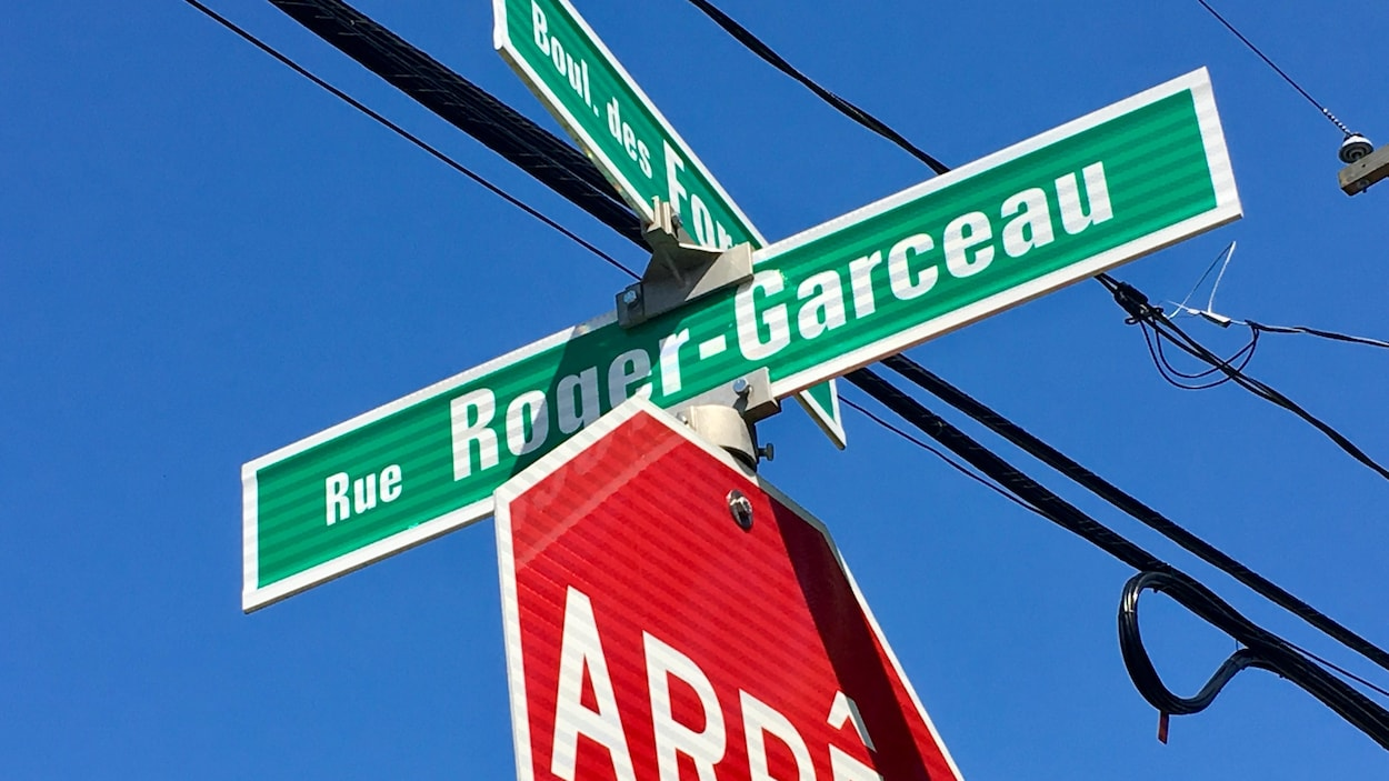 Pancartes de noms de rues sur un arrêt.