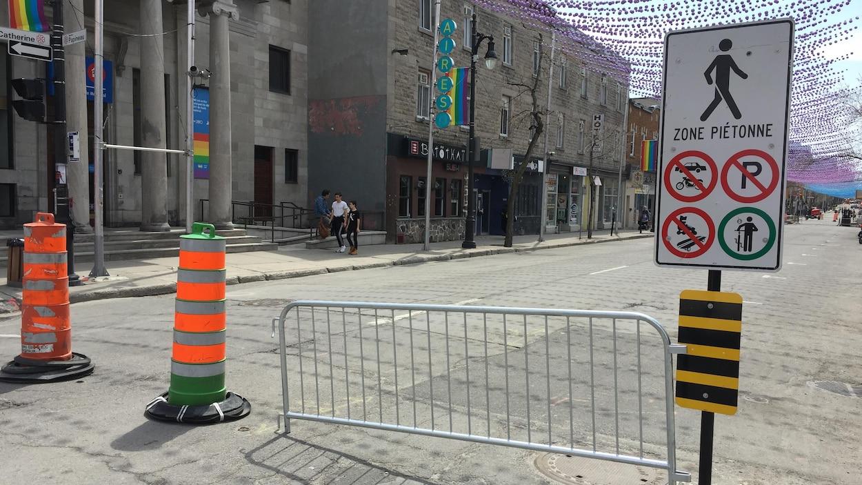 Des barrières devant la rue Sainte-Catherine