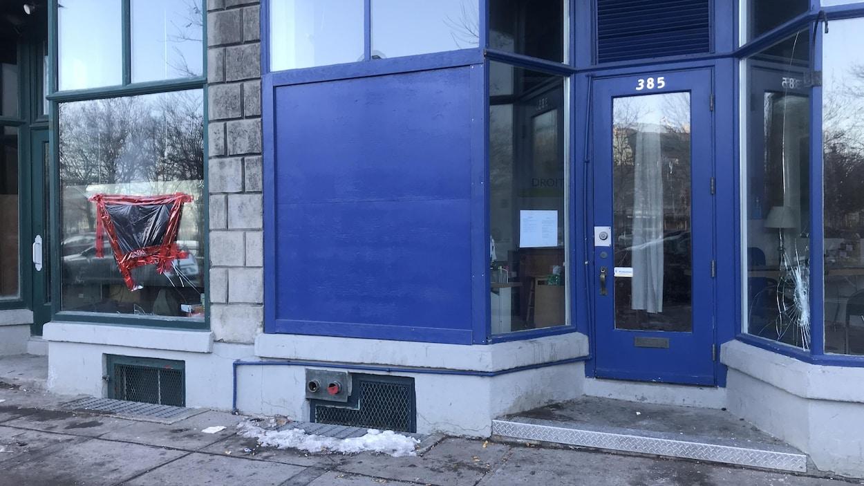 Deux locaux ayant les vitres cassées.