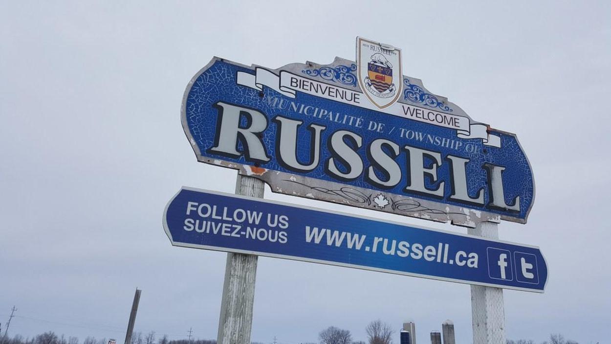 Une pancarte indiquant la petite ville de Russell.