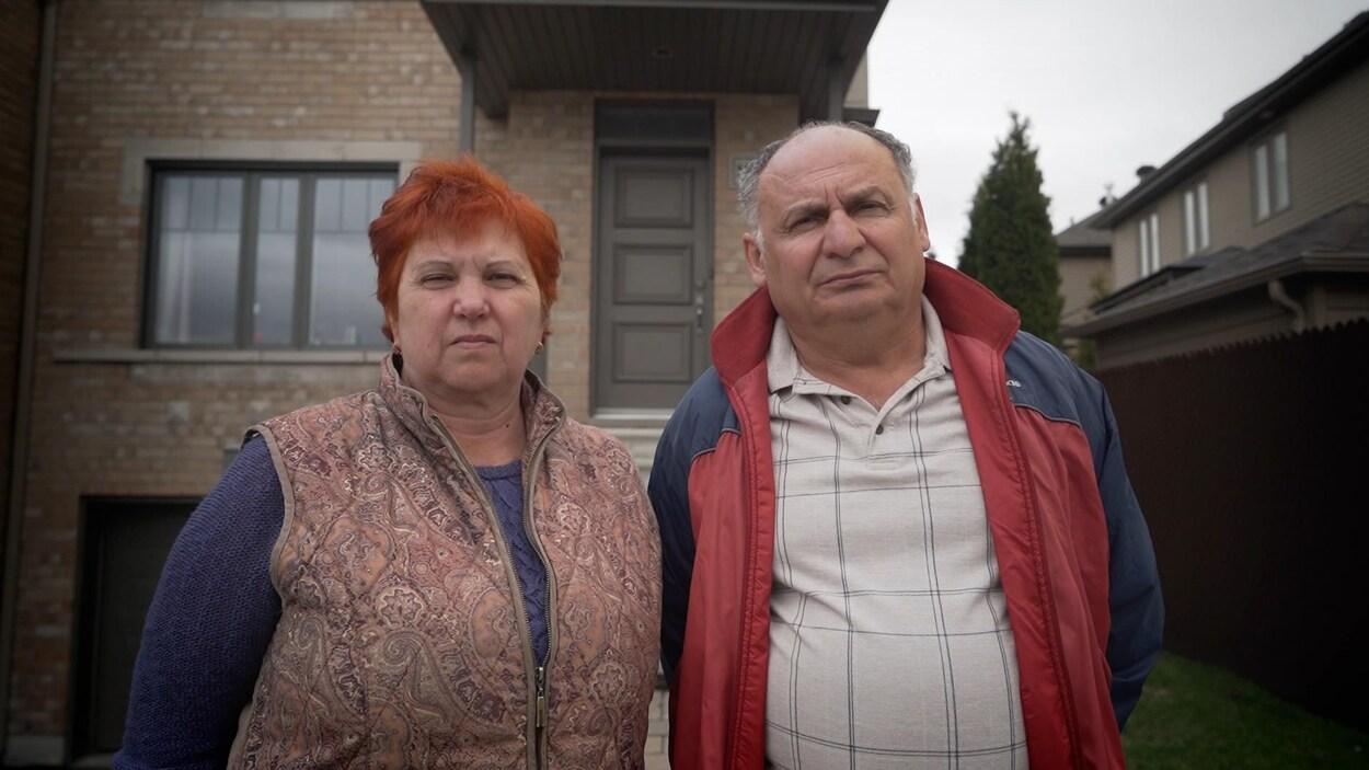 Galina Ilyayeva et Sergey Ilyayev devant une bâtisse.