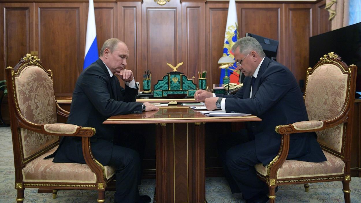 Ils sont assis face à face dans un bureau.