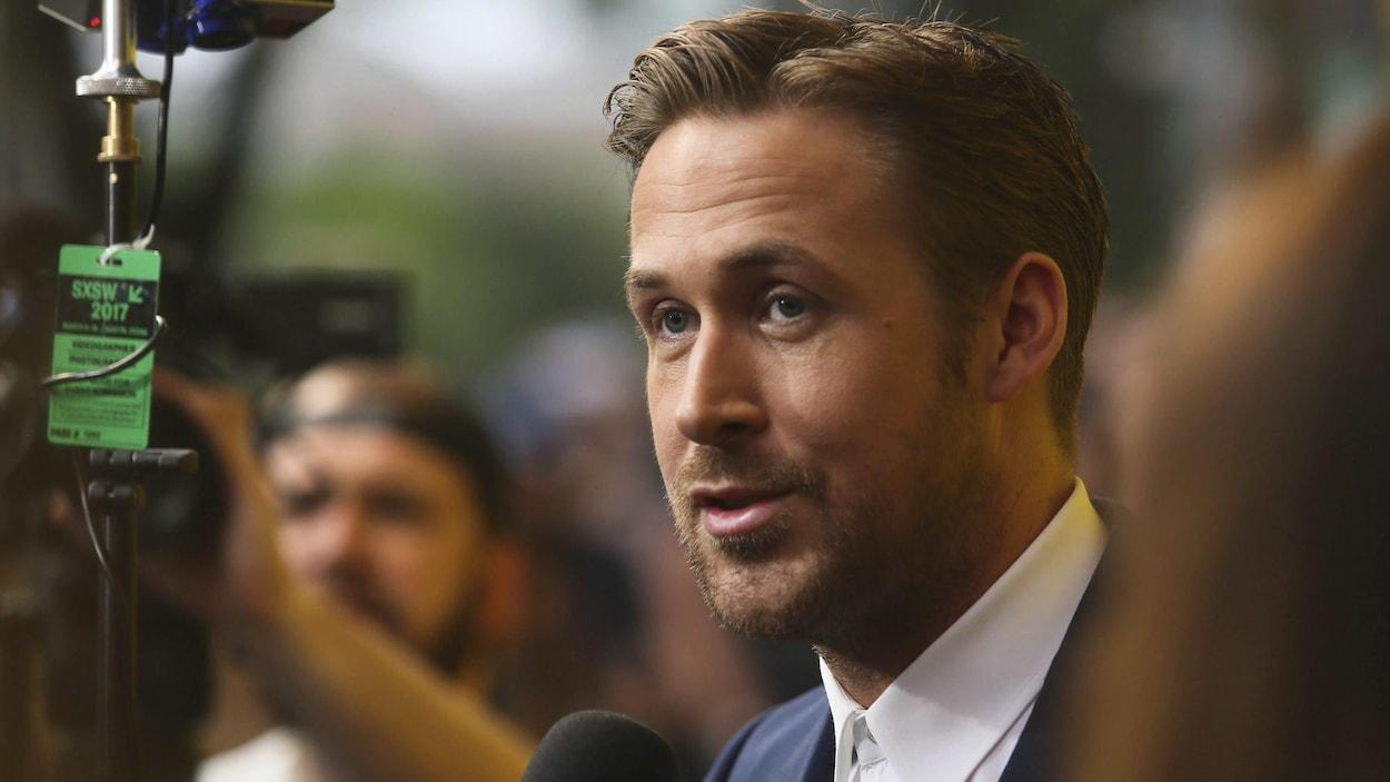 Ryan Gosling au micro d'un journaliste.