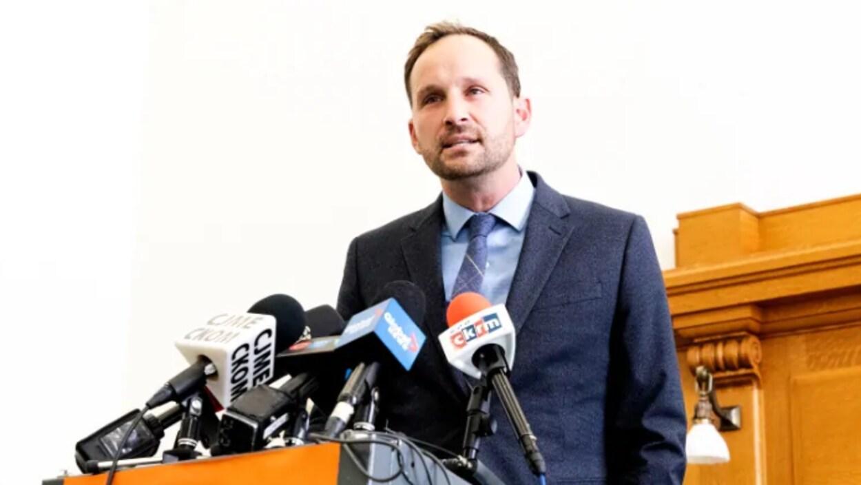 Le chef du Nouveau Parti démocratique de la Saskatchewan, Ryan Meili, répond aux questions des journalistes.