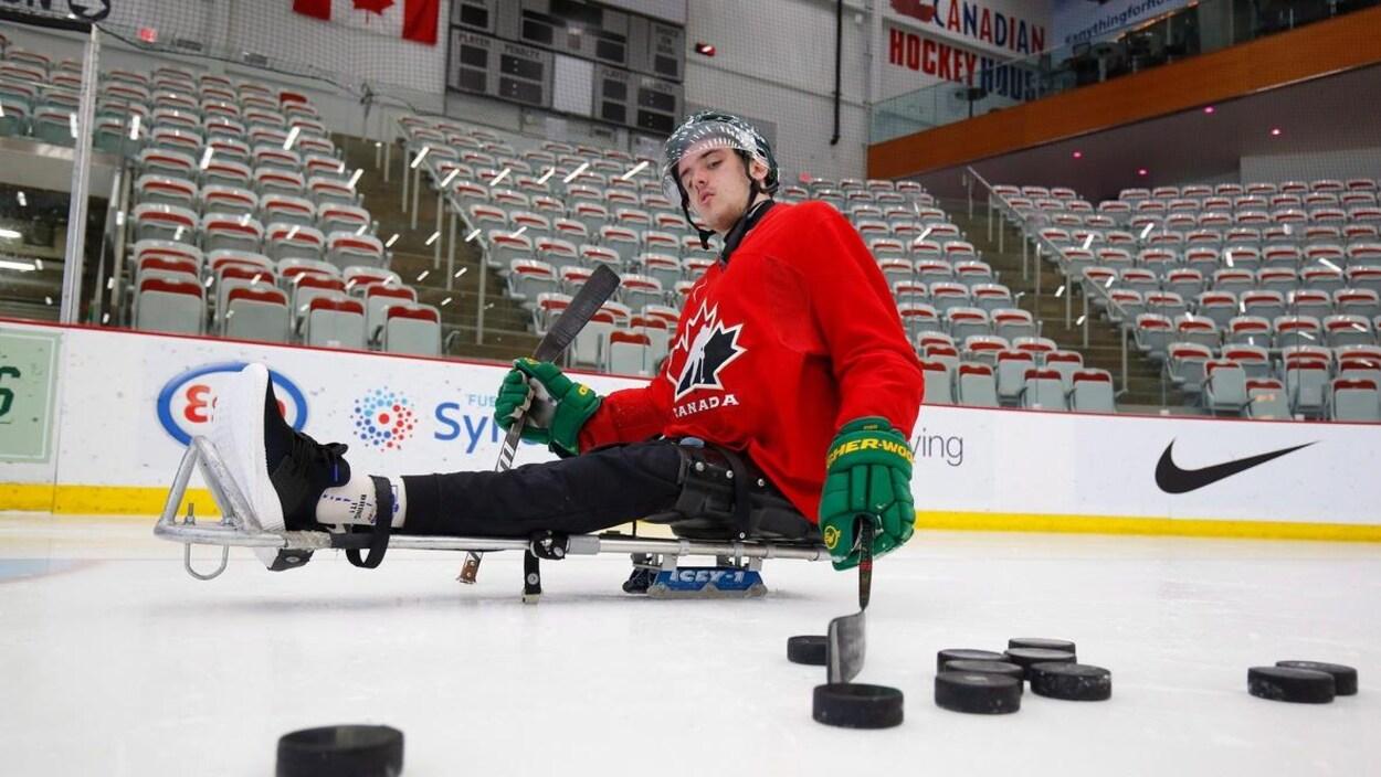 Ryan Straschnitzki sur une luge de hockey dans l'aréna.