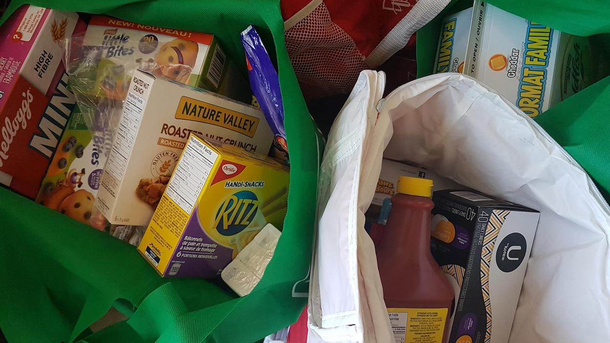 Des sacs de denrées alimentaires.
