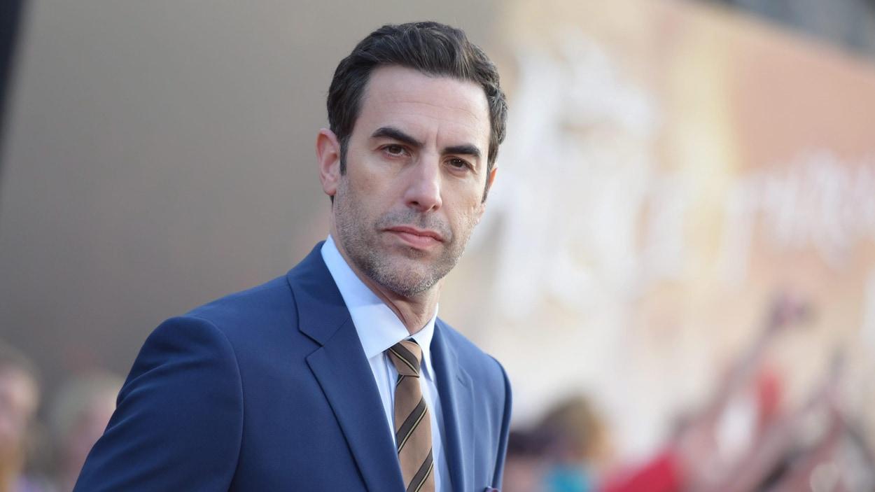 Portrait de Sacha Baron Cohen vêtu d'une veste bleue.