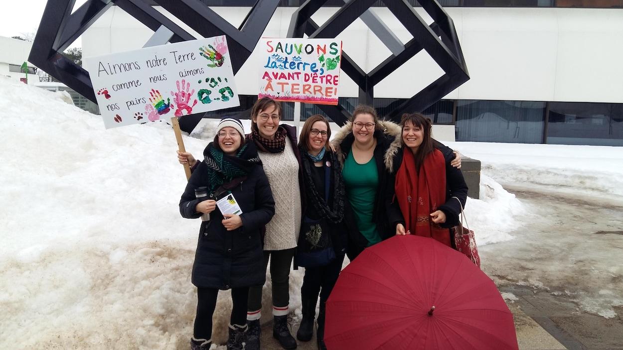 Des étudiantes sages-femmes lors de la grève étudiante pour le climat, le 15 mars 2019. De gauche à droite: Léa Rancourt, Anabel Gravel Chabot, Marylene Dussault , Margaux Cassivi et Alice Berthe.