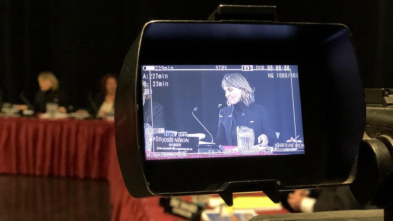 Une femme sur un écran de caméra.