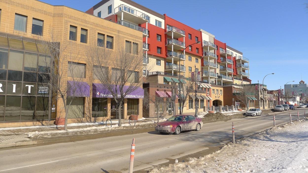Vue d'une rue avec des immeubles.