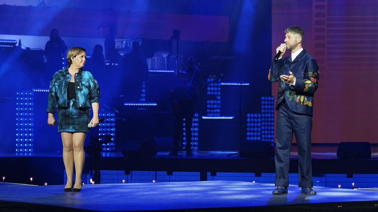 Les deux artistes sont debout sur scène.