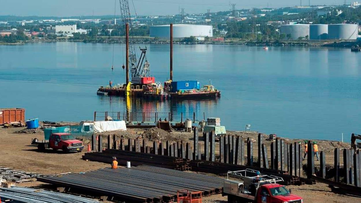 Des travaux de construction en cours sur une berge du havre de Saint-Jean.