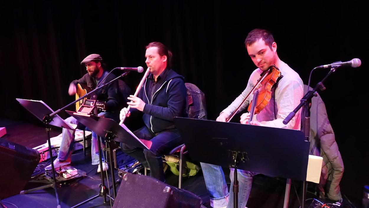 Daniel Gervais accompagné des musiciens Jeremiah McDade et de Clint Pelletier.