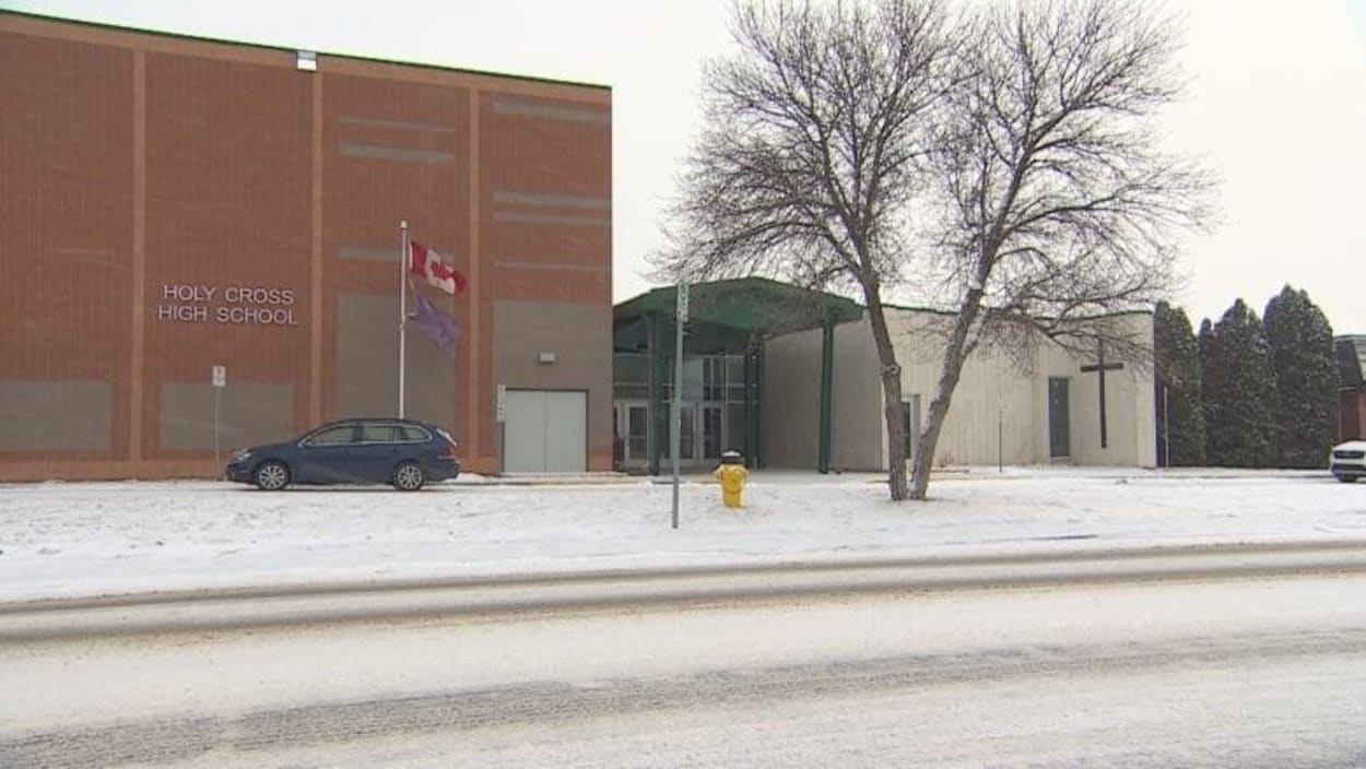 La façade de l'école secondaire Holy Cross de Saskatoon.