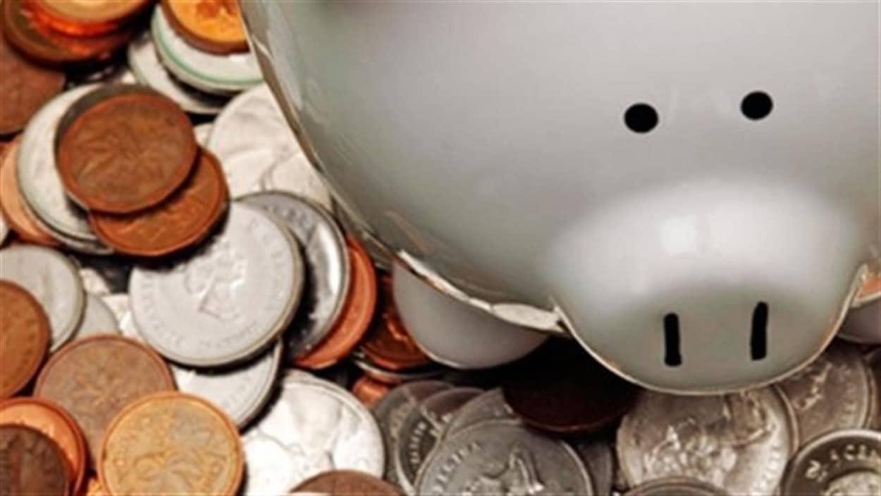 Une tirelire et de l'argent.