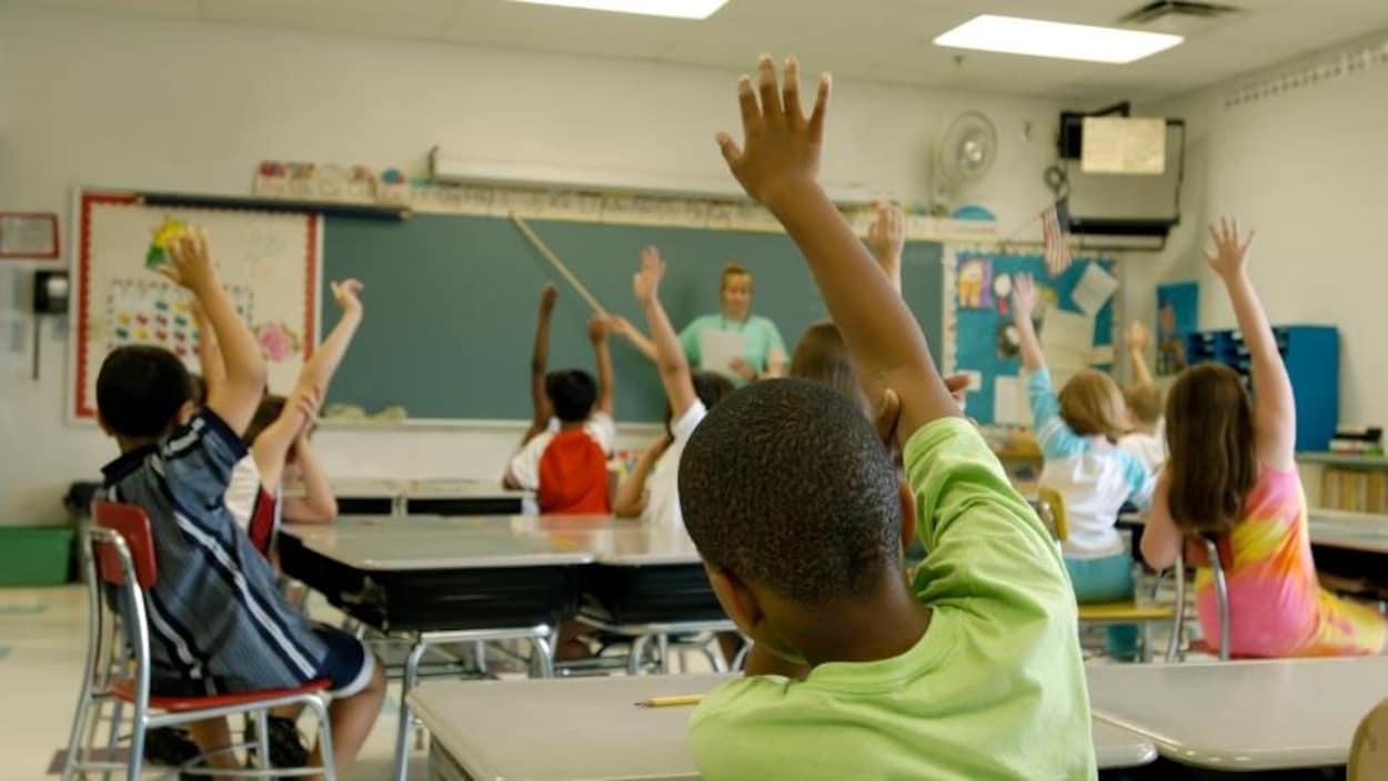 Des jeunes dans une salle de classe