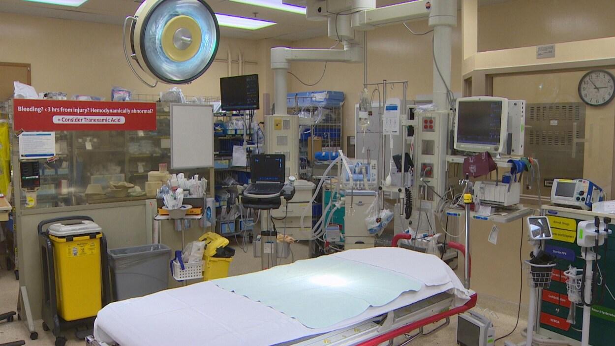 Un lit dans la salle de traumatologie.