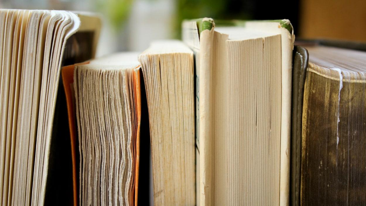 De vieux livres avec les pages jaunies et froissées