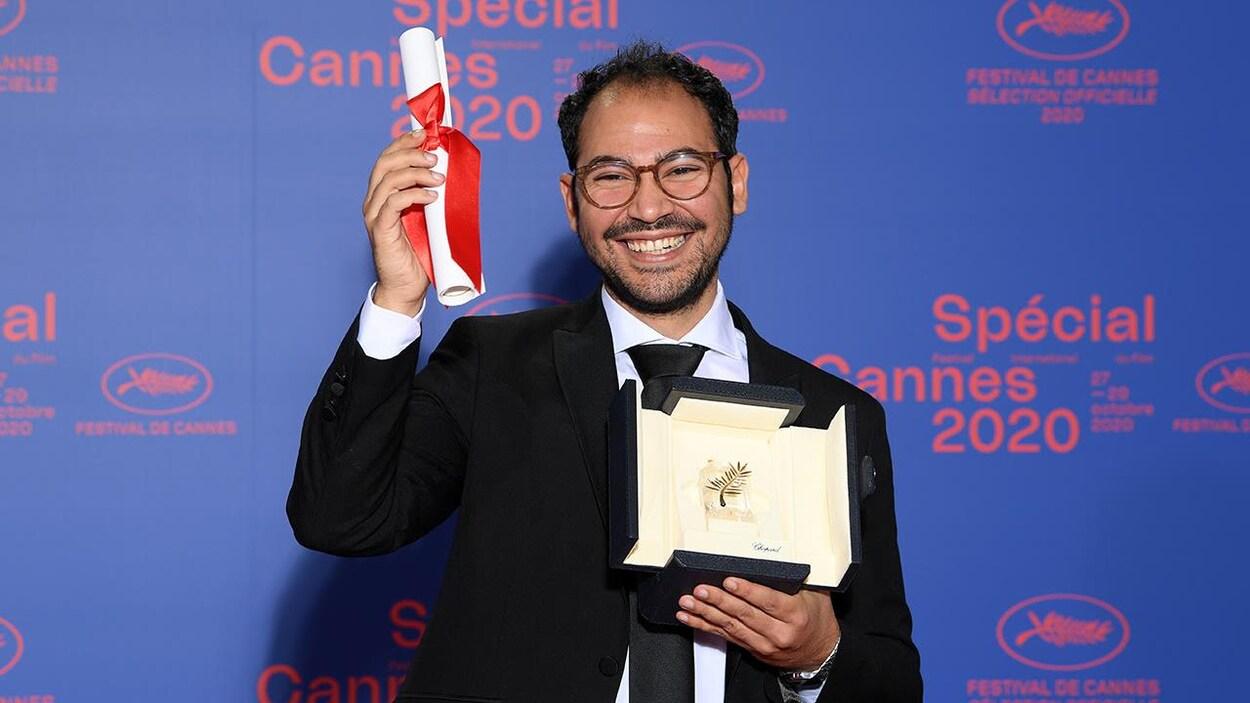 Un homme tient dans ses mains la Palme d'Or, décernée au Festival de Cannes 2020.