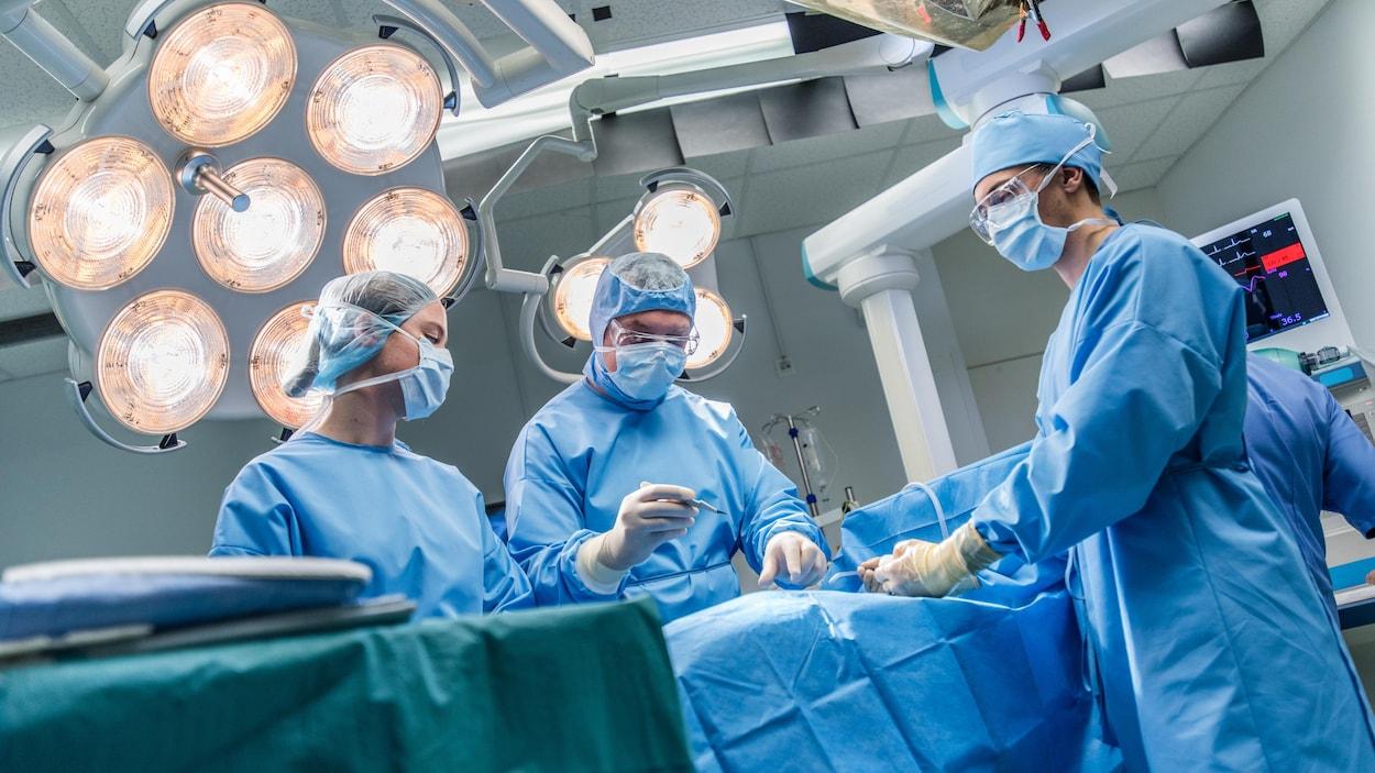 Des chirurgiens opèrent un patient.