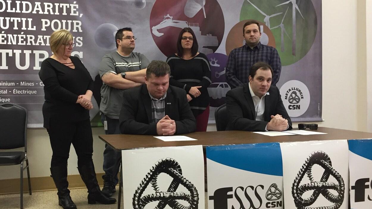 Les représentants du Conseil central de l'Abitibi-Témiscamingue (CSN) et du Syndicat régional du personnel paratechnique, des services auxiliaires et de métier (SRPPSAM-CSN).