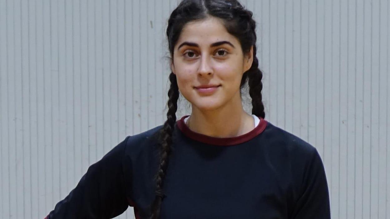 Sarah Abood tient un ballon de basket dans ses mains.