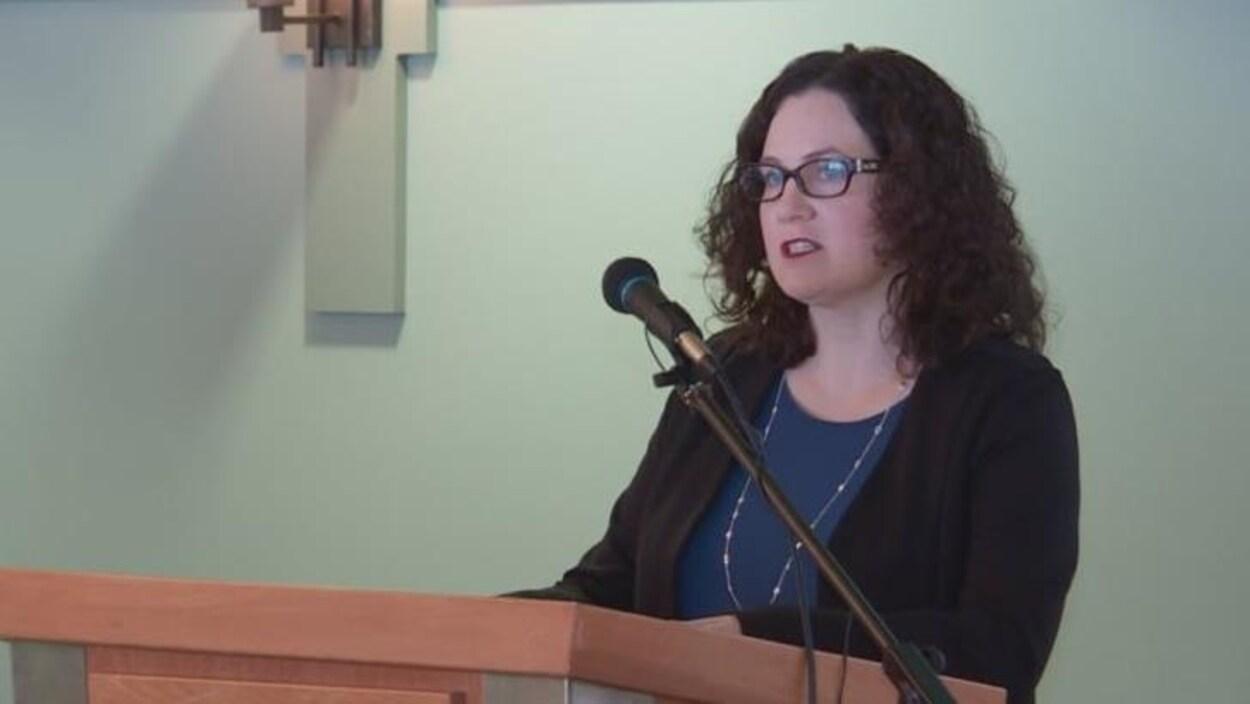 Sarah Stewart-Clark au micro alors qu'elle annonce sa candidature.