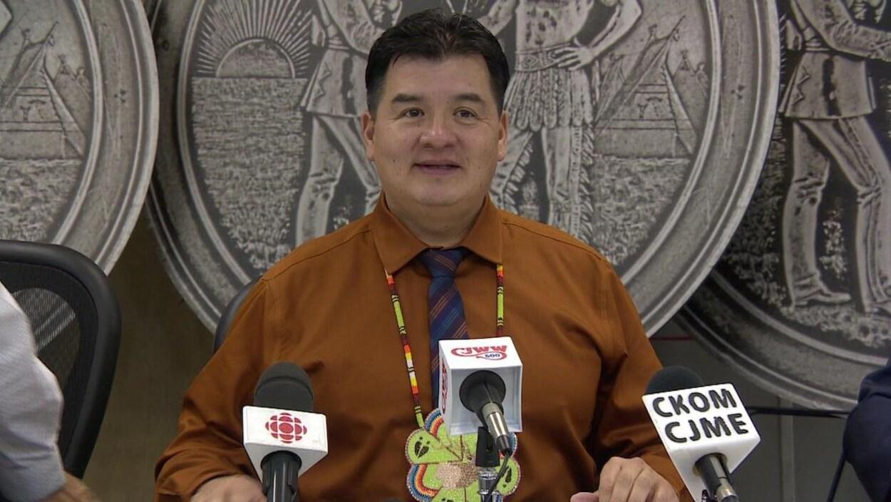 Le chef de la FSIN, Bobby Cameron, s'adresse aux médias lors d'un point de presse, mardi, à Saskatoon.