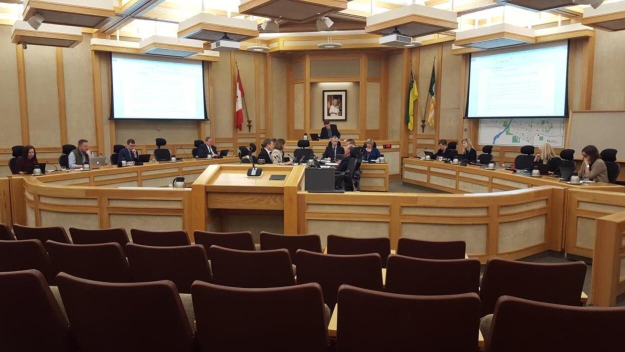 Des conseillers municipaux discutent lors d'une séance du conseil municipal à Saskatoon.