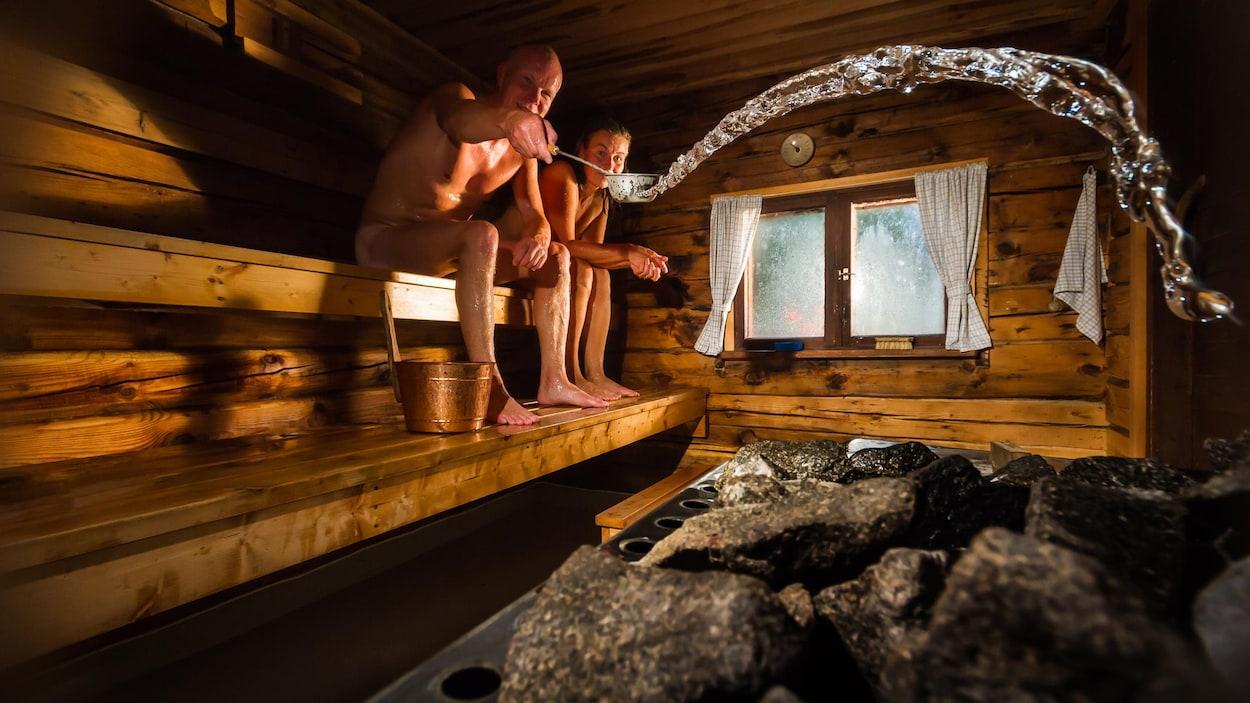 Un couple dans un sauna traditionnel finlandais.
