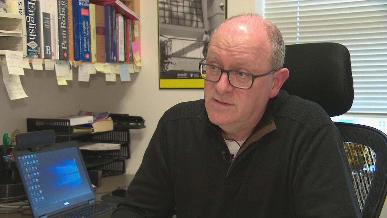 Jean Sauvageau en entrevue dans son bureau
