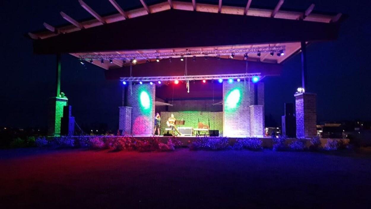La scène de Cochrane de nuit, illuminée.