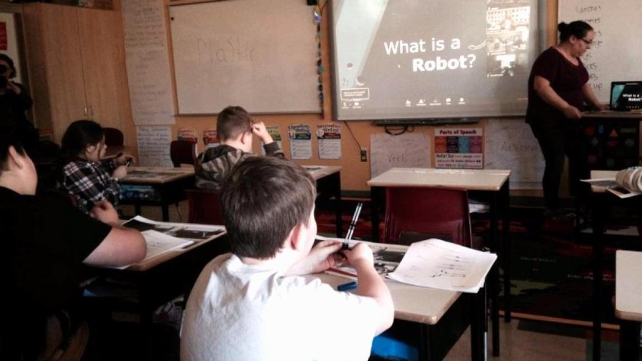 Des élèves de 4e année de la Première Nation de Membertou en Nouvelle-Écosse apprennent codage et robotique.